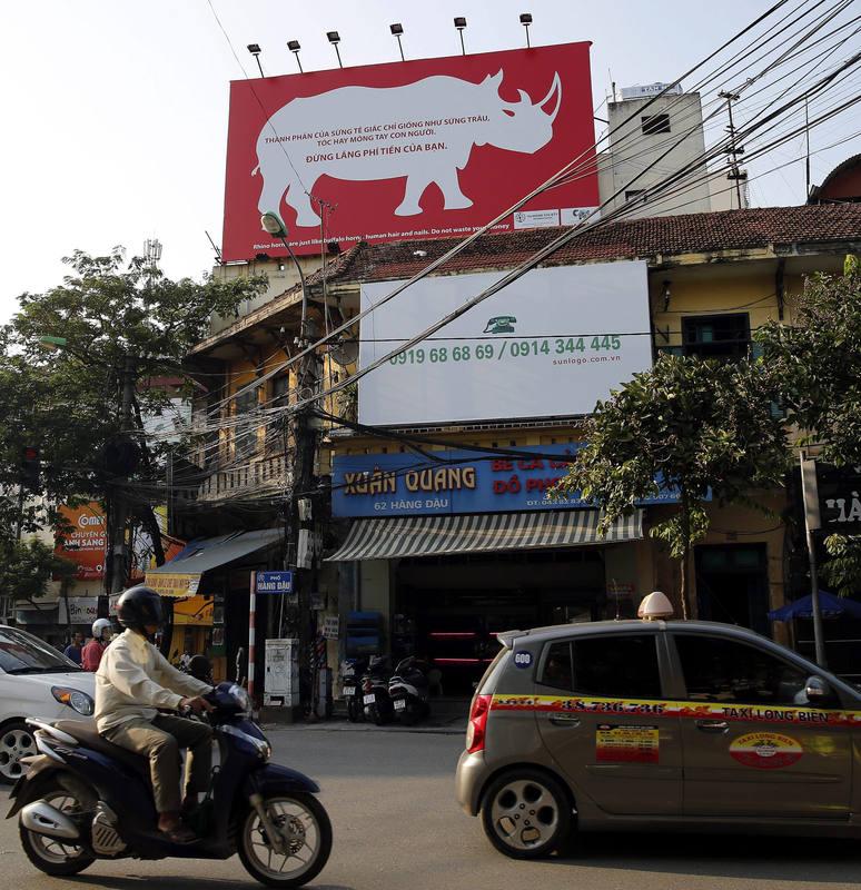Imagen de un cartel contra el consumo de cuerno de rinoceronte, en una calle de Hanoi.