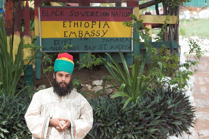 Imagen de un rastafari en Jamaica.