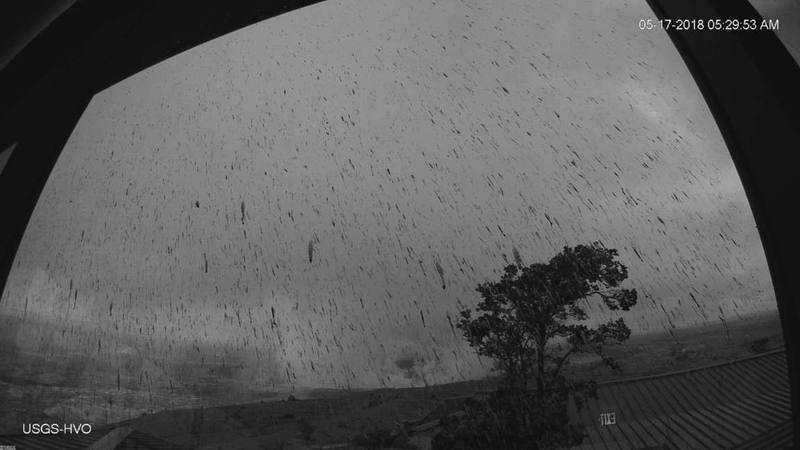 Imagen de webcam de la erupción explosiva del Kilauea