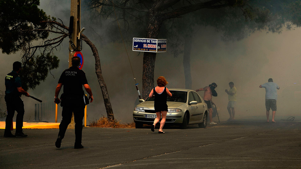 El incendio de Doñana obliga a desalojar a más de 2.000 personas y aísla Matalascañas