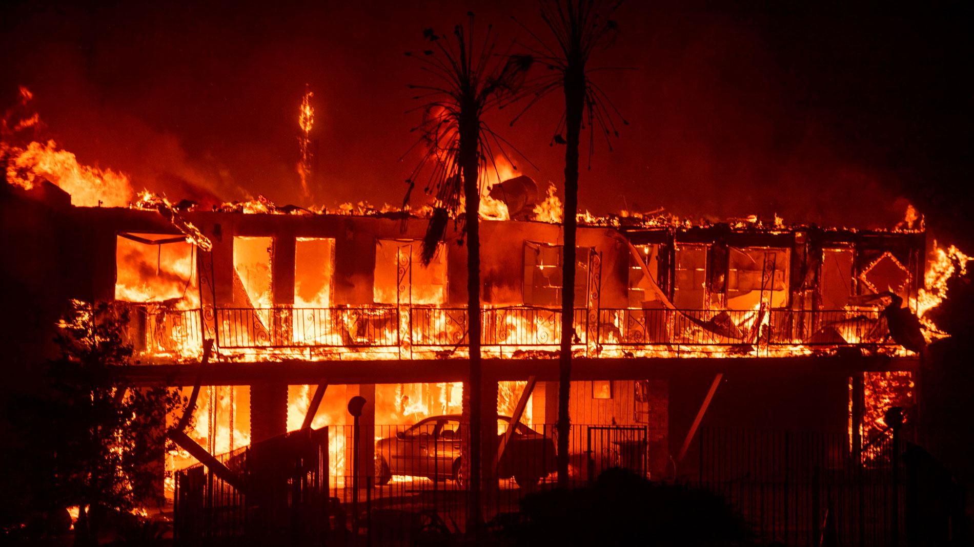 Un incendio sin control en el norte de California calcina una ciudad entera