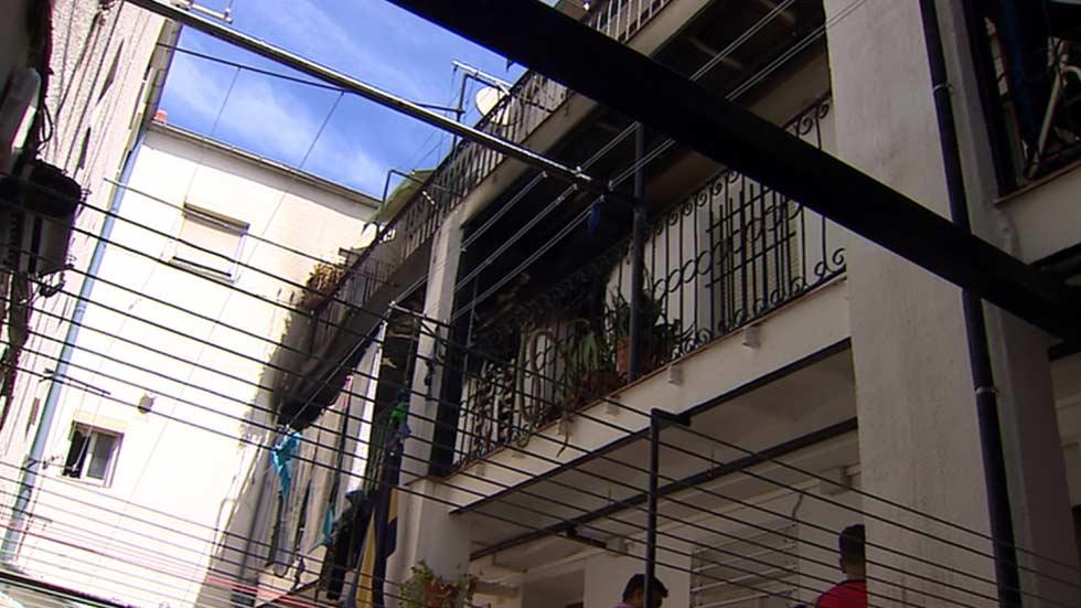 Un incendio en una vivienda de Vallecas deja a una madre y su hijo de tres años heridos muy graves