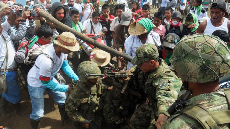 Los indígenas expulsan a soldados colombianos de una base militar del Cauca