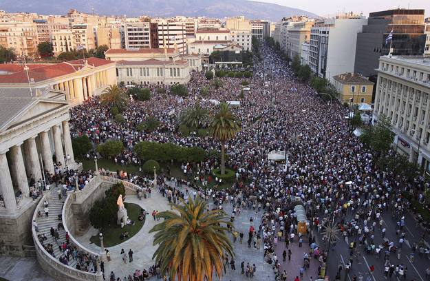 Manifestacion en Atenas frente al Parlamento de miles de indignados