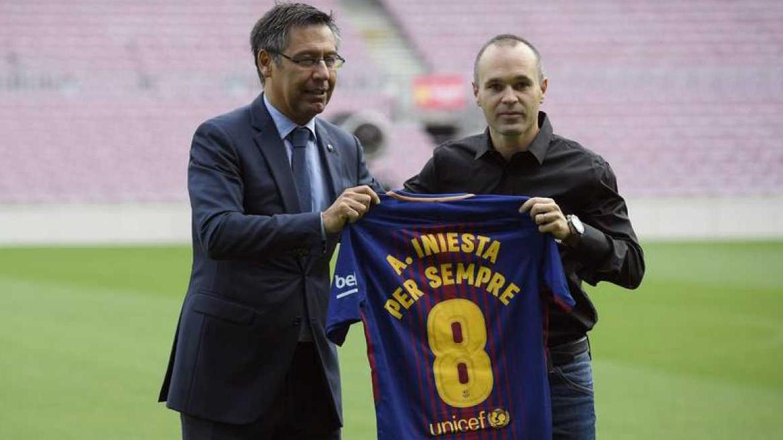 """Iniesta renueva """"de por vida"""" con el Barça"""