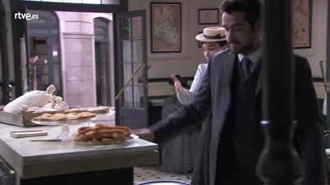 Acacias 38 - Íñigo se ofrece a interpretar la obra de Leonor