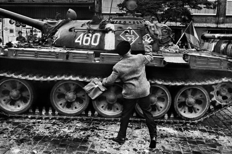Un anciano lanza una piedra contra un tanque soviético en la capital checoslovaca, Praga.