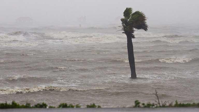Isaac pasa a ser tormenta tropical y avanza lentamente sobre el estado de Louisiana