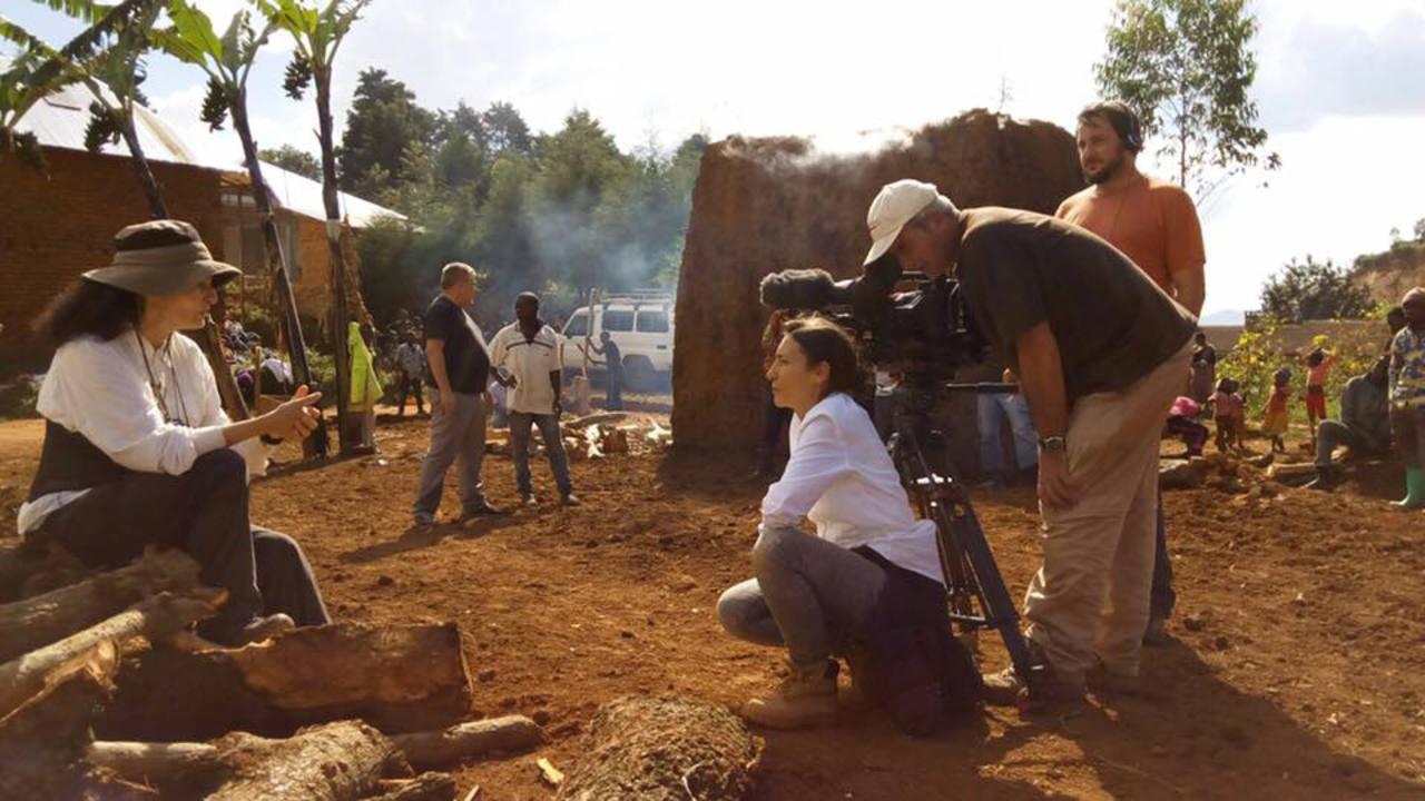 Isabel Muñoz con el equipo de RTVE en la grabación del documental