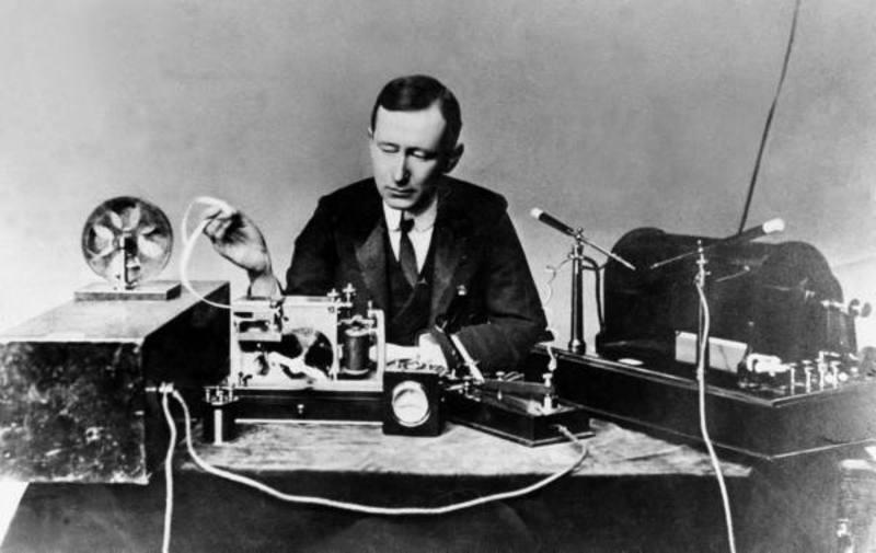El Italiano Guillermo Marconi con su sistema de radio