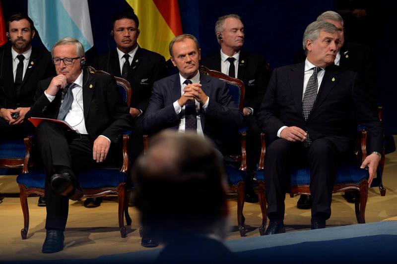Jean Claude Juncker, Donald Tusk y Antonio Tajani, sentados frente al presidente del Gobierno, Mariano Rajoy, en la entrega de los premios Princesa de Asturias 2017.