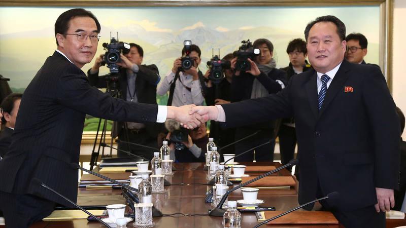 El jefe de la delegación surcoreana, Cho Myoung-gyon, estrecha la mano de su homólogo de Corea del Norte, Ri Son Gwon, al inicio de la primera ronda de conversaciones entre los dos países