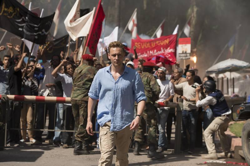 Jonathan Pine (Tom Hiddleston) es un ex soldado que trabaja como gerente nocturno en un hotel