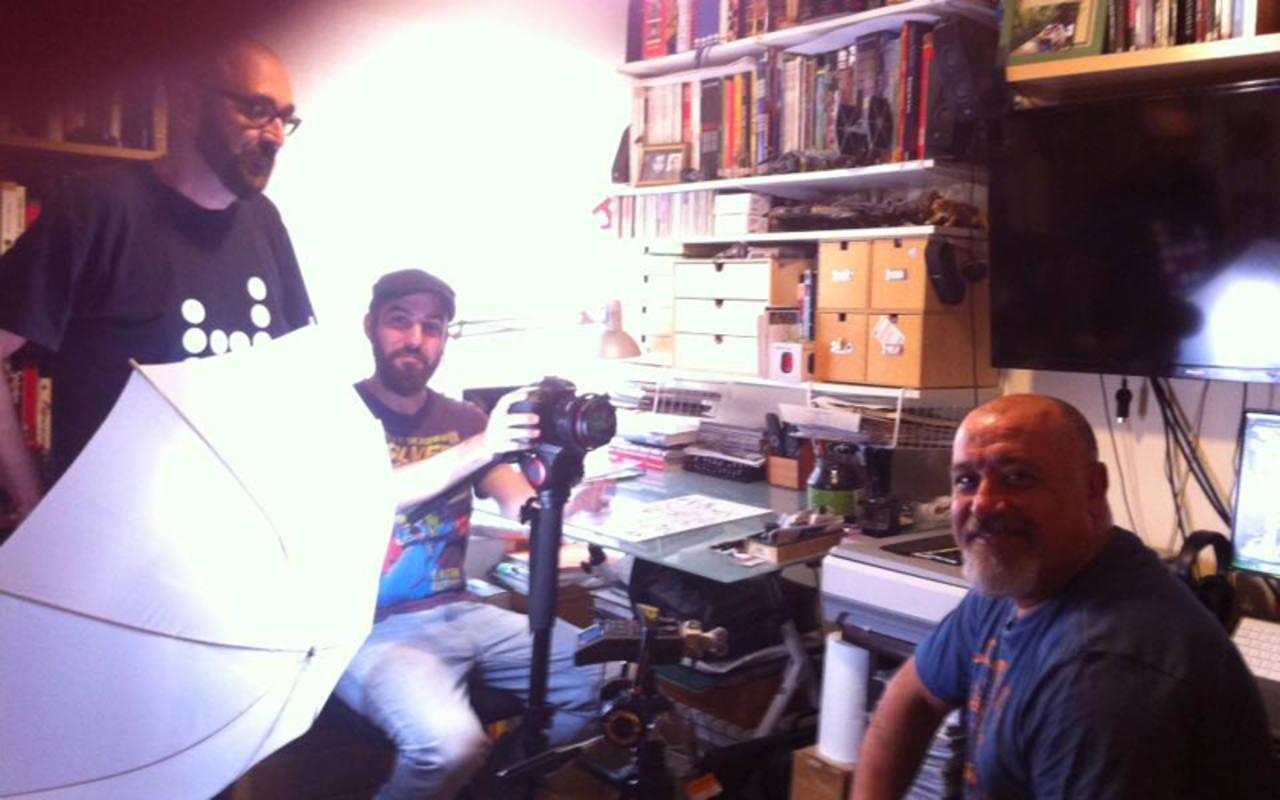 José Luis Vidal y Álex Ahumada con el dibujante Jesús Merino
