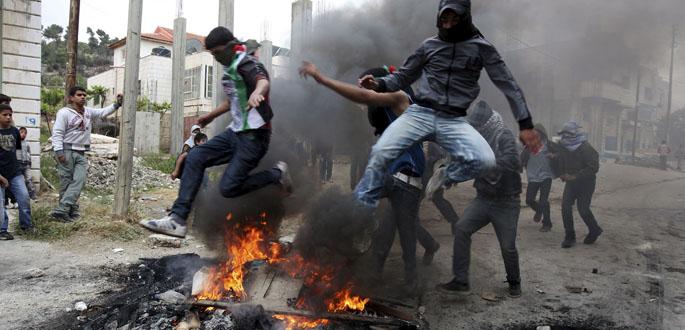 Jóvenes palestinos se enfrentan a tropas israelíes durante unos disturbios en Hebrón (Cisjordania)