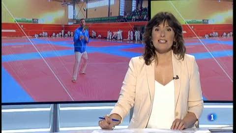 Joves karateques entrenen amb el campió del món, Luigi Busà