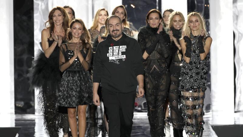 Juan Duyos con sus modelos tras el desfile en Madrid
