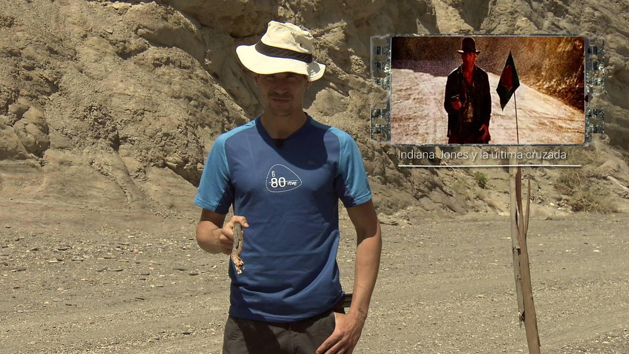 Juanjo Ballesta imita una escean de 'Indiana Jones, la última cruzada' película que se rodó en ese paisaje