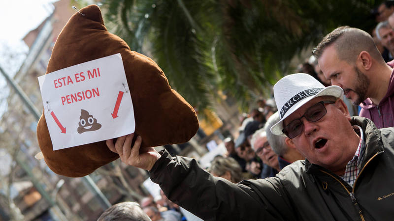Un jubilado protesta contra la subida del 0,25% de las pensiones durante la manifiestación en Barcelona