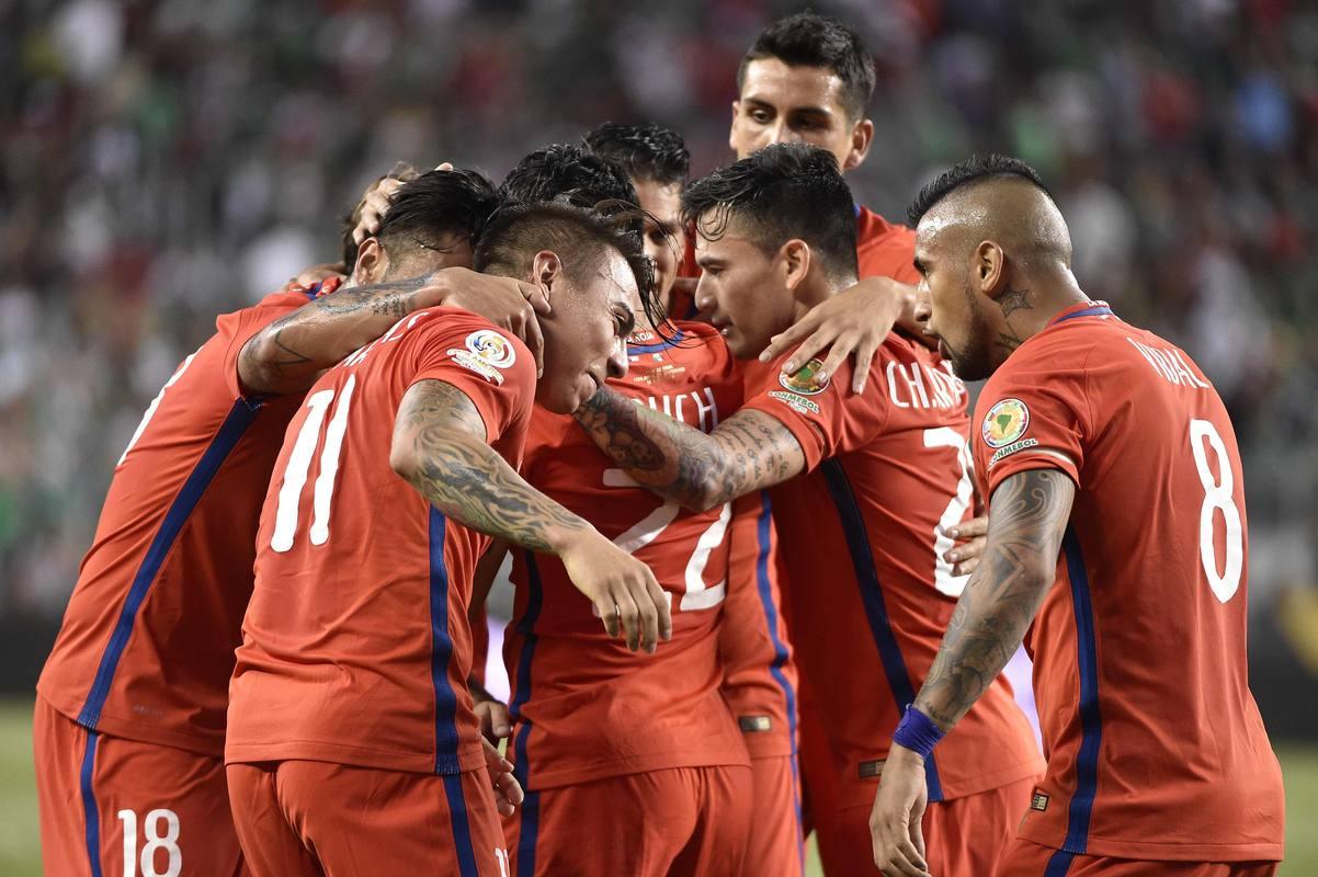 Los jugadores de Chile celebran un gol contra México en los cuartos de final de la Copa América.