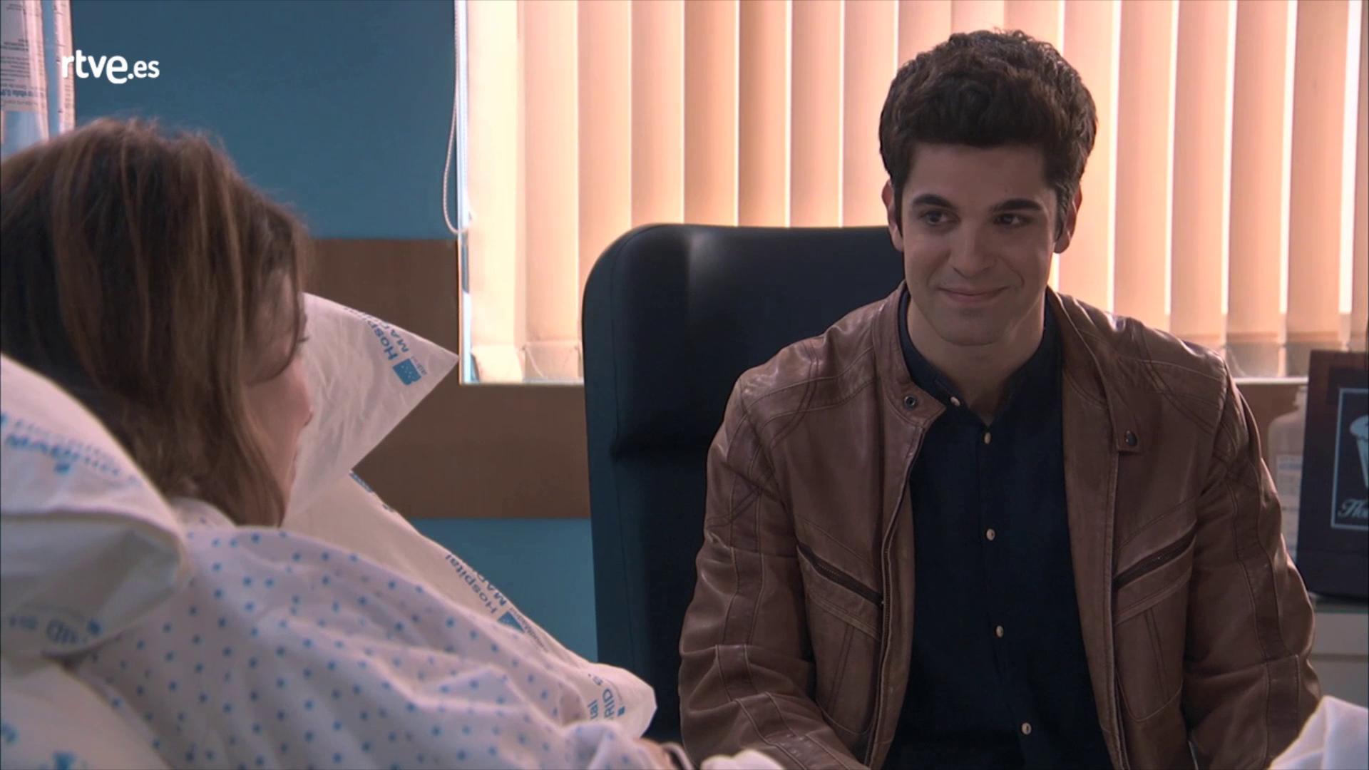 Servir y proteger - Julio visita a Alicia en el hospital