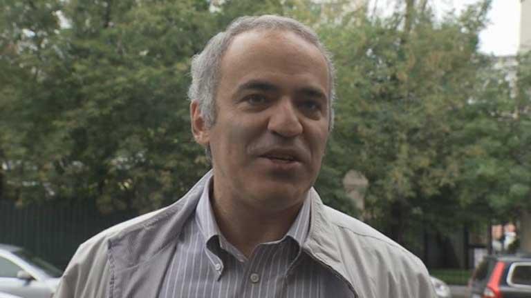 Kasparov acusado de morder a un agente podría llegar a pasar 5 años en prisión