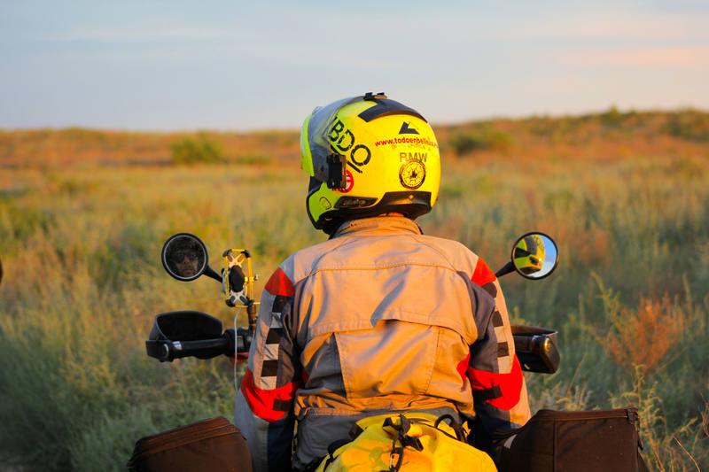 Kazajistán. Miquel Silvestre, enfundado bajo el traje de motorista, contemplando la estepa kazaja