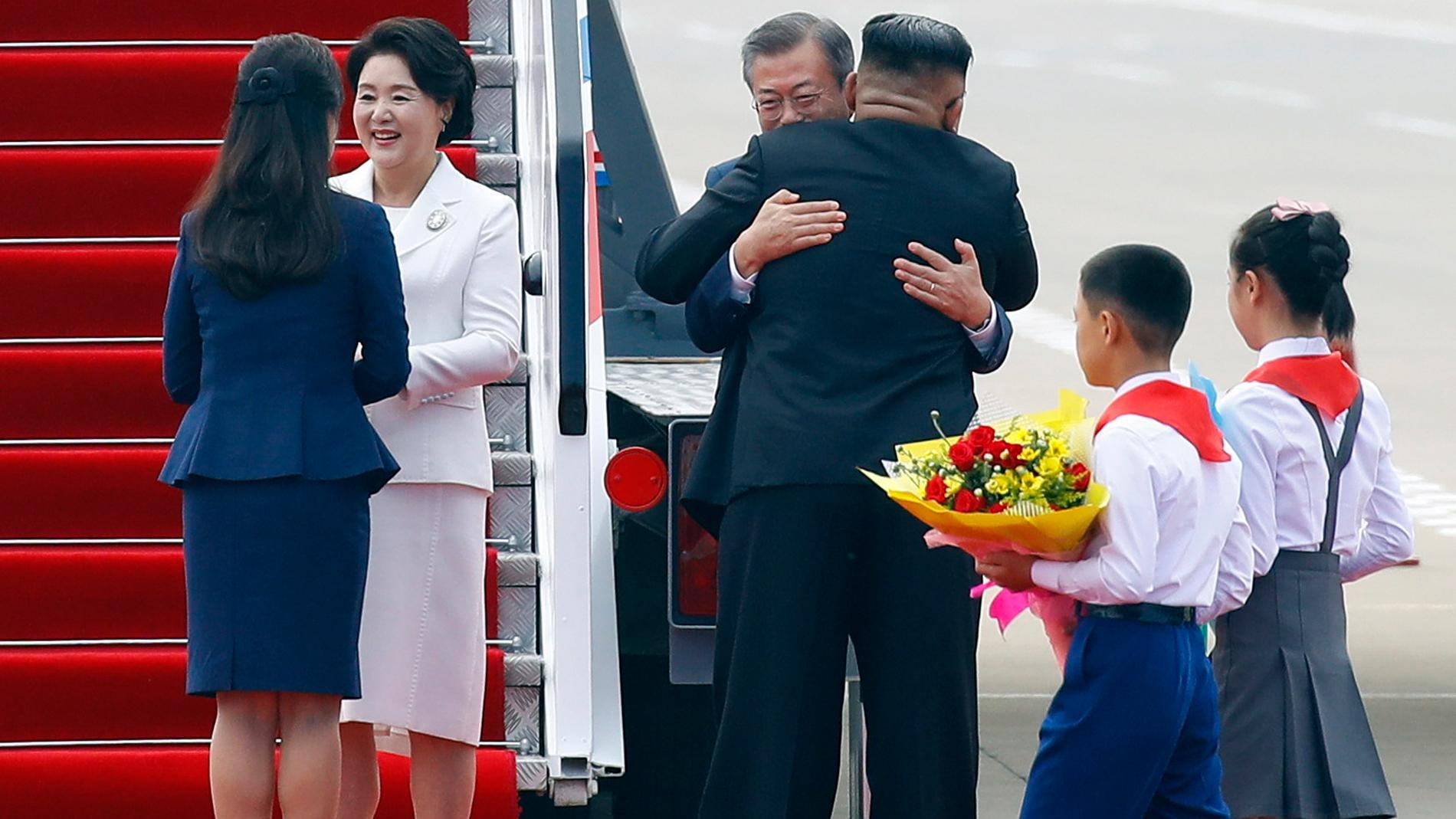 Kim Jong-un abraza a Moon Jae-in a pie de pista