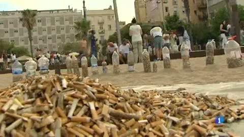 """L'acció de la plataforma """"No més burilles al terra"""" per conscienciar de la neteja dels carrers"""