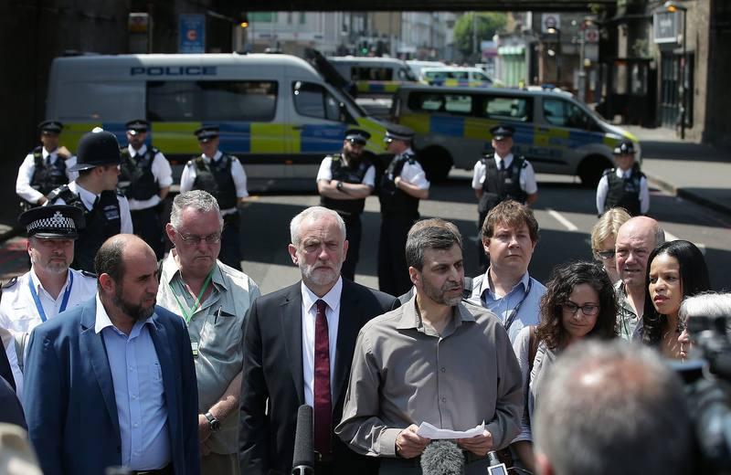 El líder laborista, Jeremy Corbyn, en el centro de un grupo de personas de diferentes religiones y de diferentes colectivos que escuchan hablar a Mohammed Kozbar, representante de la mezquita de Finsbury Park