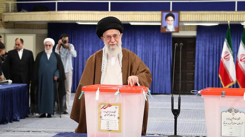 El líder supremo de Irán, Alí Jameneí, vota en las presidenciales