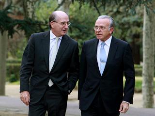 Ver vídeo 'Llegadas de los empresarios a la reunión en Moncloa con Zapatero'