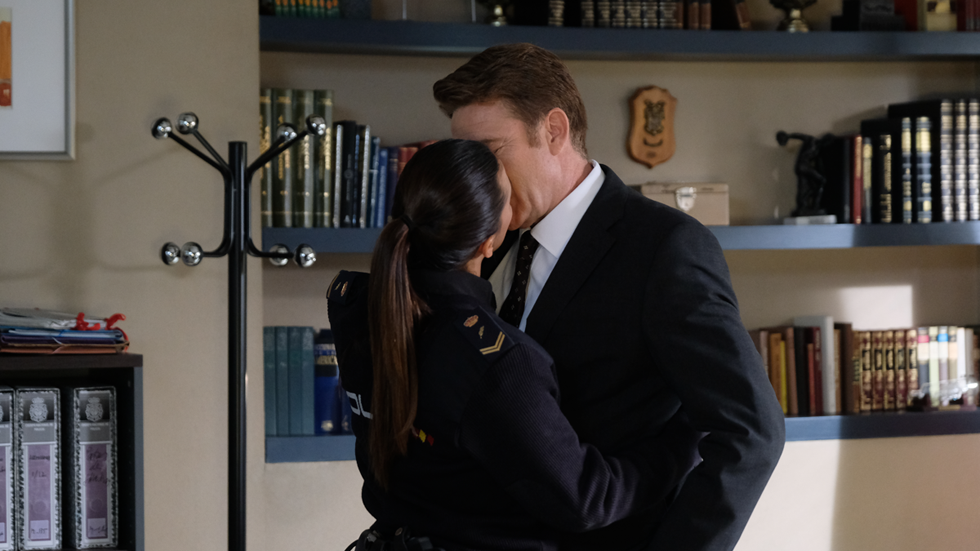Servir y proteger - Lola agradece a Bremón que la defendiera con un beso