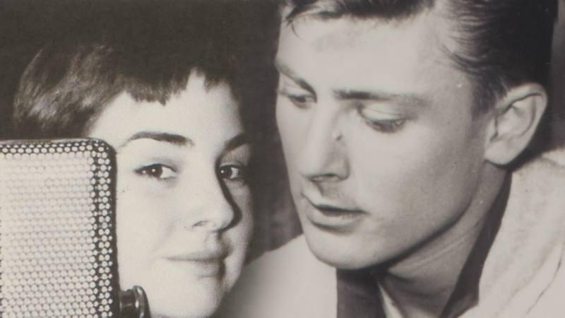 Lola Herrera descubre el amor por la interpretación en el cuadro de actores de Radio Madrid, donde su voz da vida a los más variados personajes de radionovela
