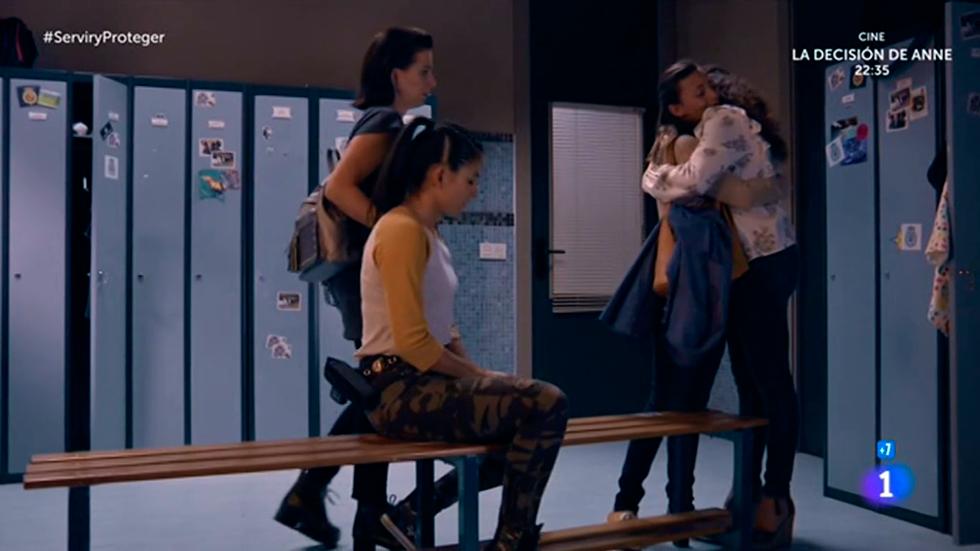 Servir y proteger - Lola se apoya en sus amigas