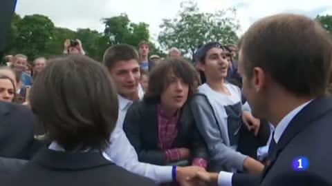 "Macron reprende a un adolescente por llamarle 'Manu': ""A mí me llamas señor presidente o señor"""