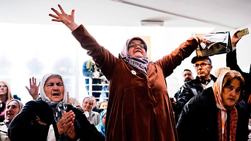 Las Madres de Srebrenica reunidas en el memorial de la masacre celebran la sentencia contra Ratko Mladic