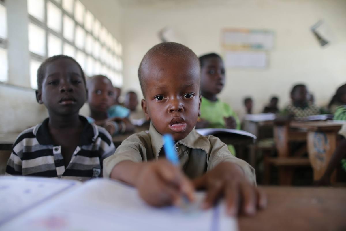 Malik, recuperado de su hidrocefalia, en su escuela