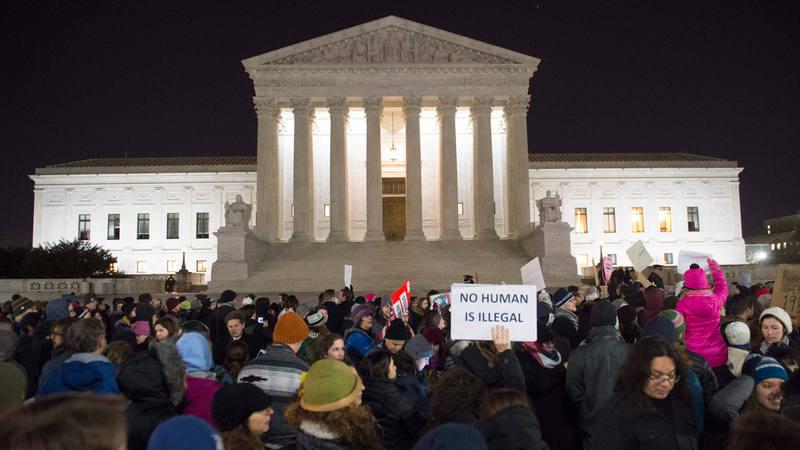 Una manifestación frente al Tribunal Supremo de EE.UU. contra el veto migratorio impuesto por Donald Trump este lunes.