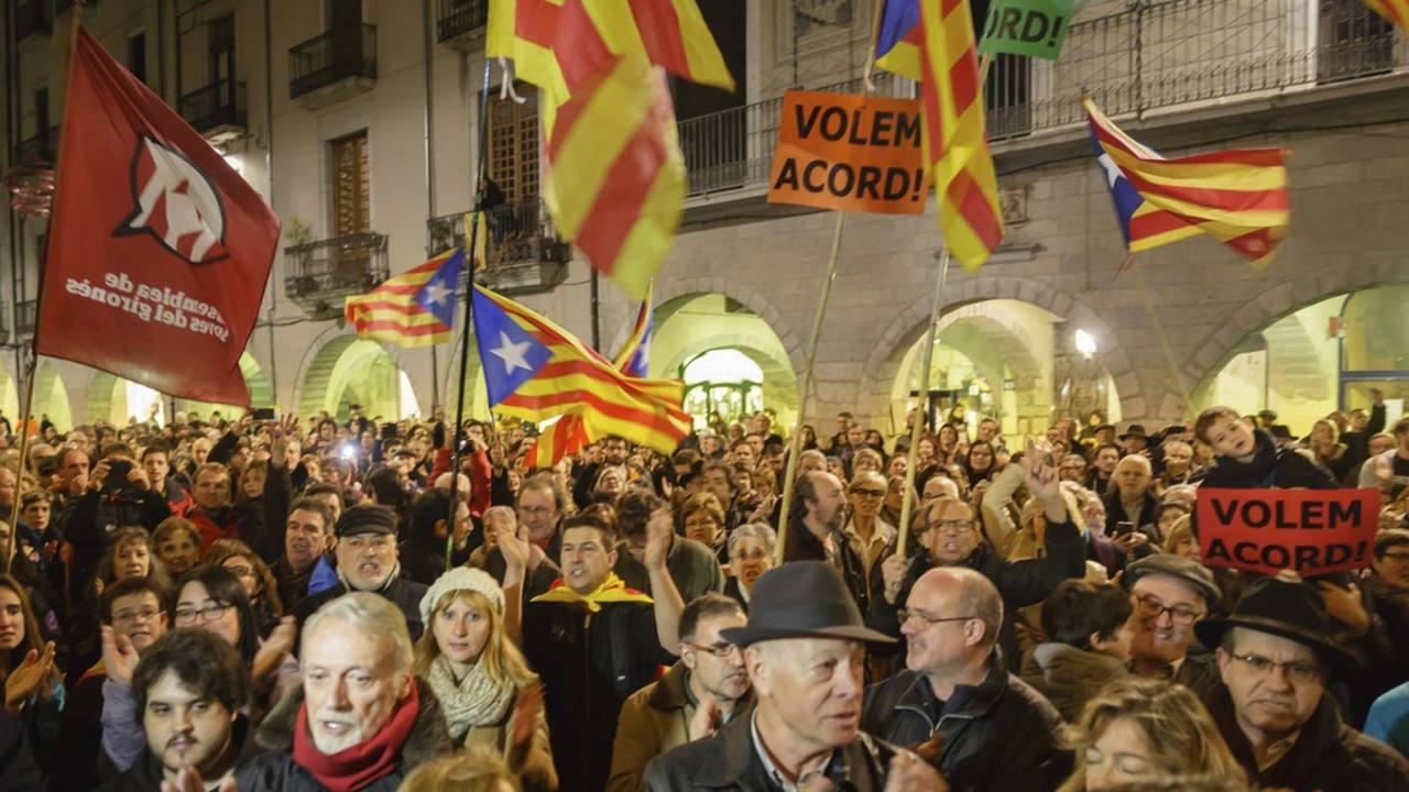 Varios cientos de personas se han concentrado esta tarde durante una hora en la Plaza del Vi de Girona para reclamar