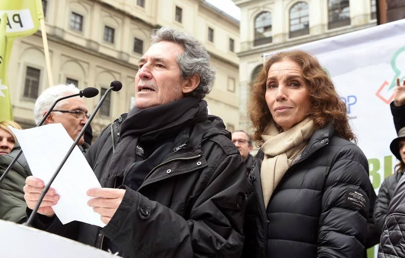 Los cantantes Miguel Ríos y Ana Belén durante la lectura del manifiesto al término de la manifestación en Madrid