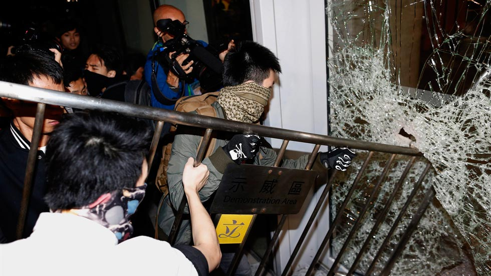 Un grupo de manifestantes asalta el edifico del Consejo Legislativo de Hong Kong
