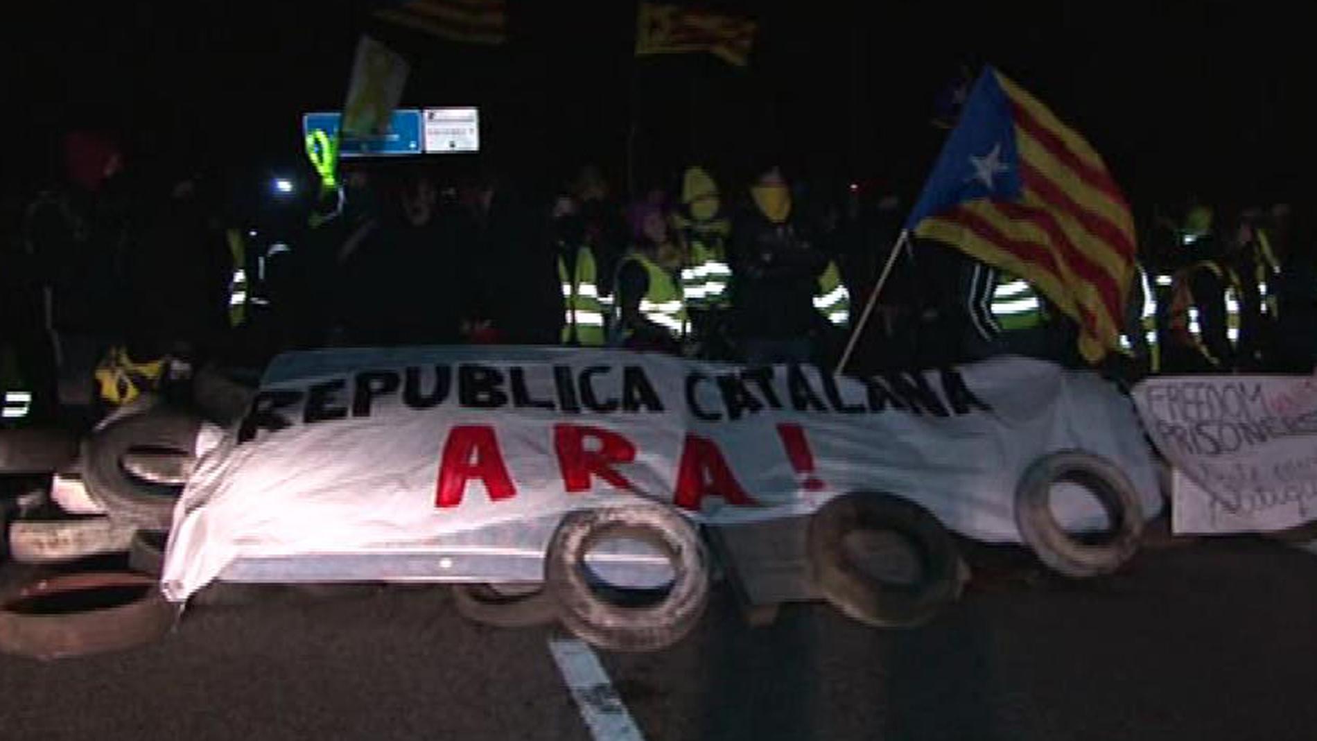 Manifestantes independentistas cortan la autopista AP-7 en Figueres y la Diagonal en Barcelona