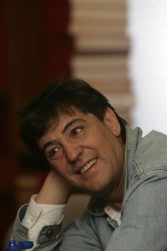 Manolo Tena nos confiesa sus reflexiones sobre su propia carrera, los aciertos, los errores, los excesos y sus expectativas de futuro