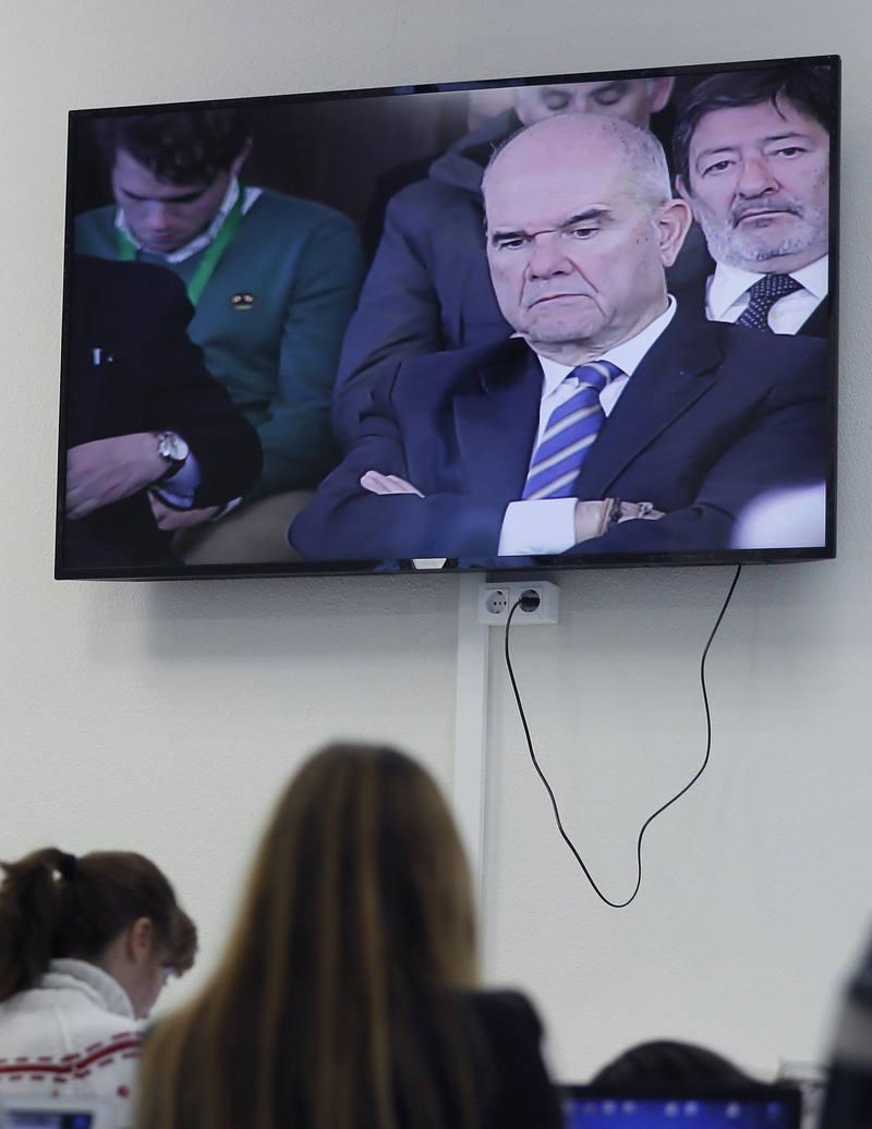 Manuel Chaves en el monitor de la sala de prensa del juicio de los ERE