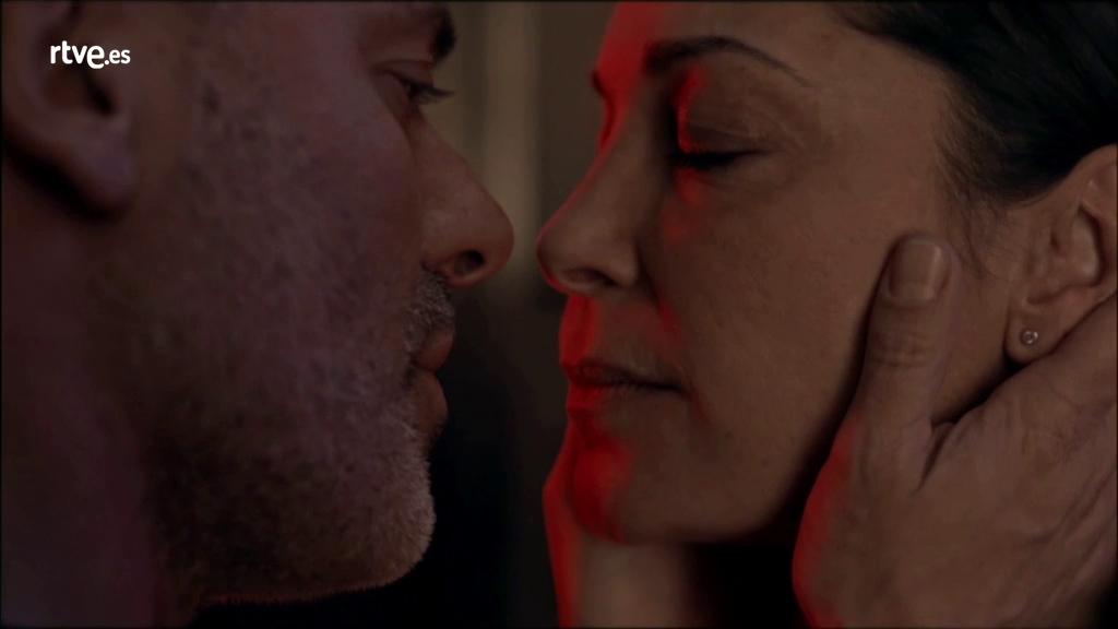 Estoy Vivo - Márquez besa a Laura