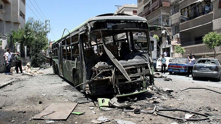 Los observadores de la ONU entran en la zona de la masacre en Hama