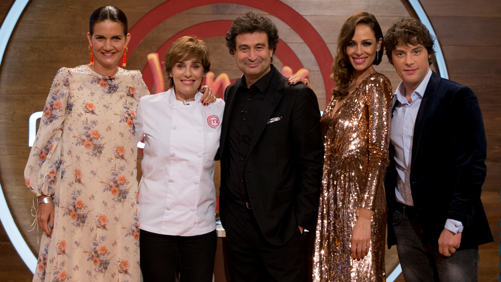 MasterChef Junior 5 - Anabel Alonso se coloca la chaquetilla