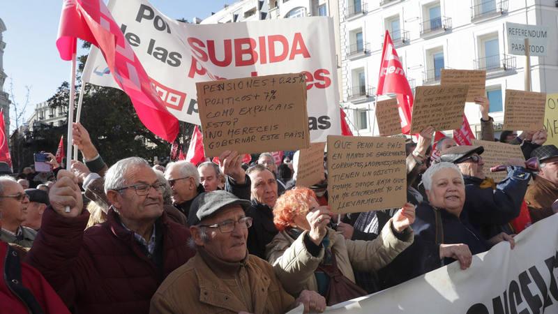 Medio millar de pensionistas reclaman ante el Congreso la revalorización con el IPC