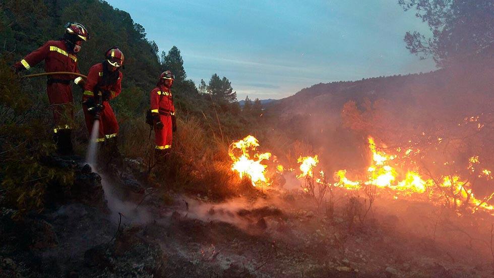 Medios aéreos trabajan en la extinción de un incendio sin control en la localidad valenciana de Bolbaite